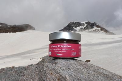 Crema Chiavarina con sfondo montagne innevate